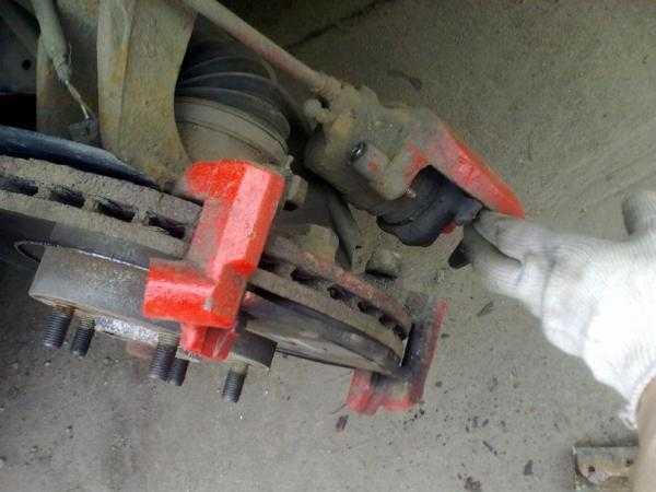 Замена тормозных колодок на мазда 3 своими руками 35